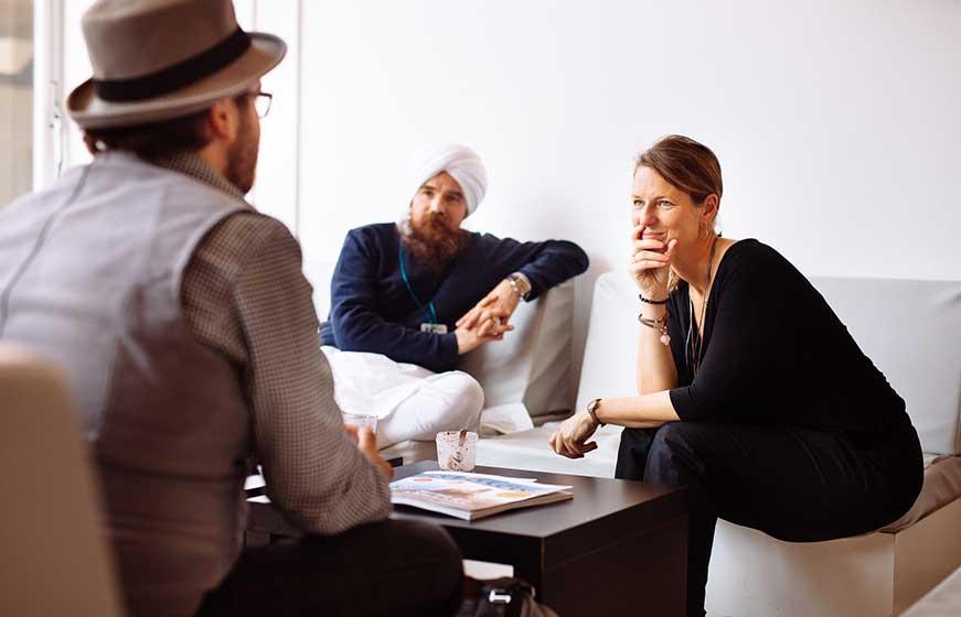 Frau spricht mit zwei Männern